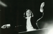 Riz Ortolani, en concierto, dirigiendo la ORF Simphonic Orchestra en el Raimund Theater de Viena