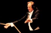 Riz Ortolani en concierto en el teatro de la Ópera de Roma, dirigiendo a la Orquesta Sinfónica y Coro del Teatro de la Ópera de Roma en su concierto A Roma Omni Animo