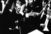 Riz Ortolani en su Gira de Conciertos por Japón, en Tokio, dirigiendo a la Orquesta Sinfónica de Viena