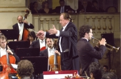 Riz Ortolani dirigiendo la Orquesta Sinfónica del Teatro Municipal de Bolonia en una escena de la película de Pupi Avati Ma quando arrivano le Ragazze? con el actor Claudio Santamaria a la trompeta