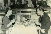 Riz y Katyna en un restaurante de Nueva York