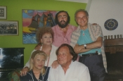 Luciano Pavarotti en su casa de Pesaro con Katyna y Riz Ortolani, Giorgio Girelli, Presidente del Conservatorio Rossini, y su mujer Angela Maria