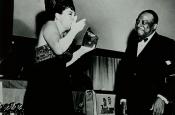 Katyna Ranieri riceve da Count Basie il Golden Grammy Award per  Riz Ortolani per