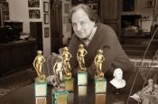 Riz Ortolani nel suo studio con i cinque premi